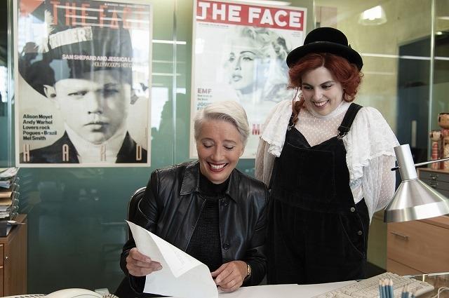 オスカー女優エマ・トンプソンに、ビーニー・フェルドスタインがド緊張! 共演シーンおさめた「ビルド・ア・ガール」メイキング映像
