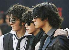全米ティーンに大人気!イケメン3兄弟、ジョナス・ブラザーズのツアーを番組化