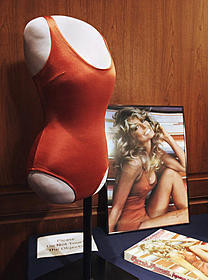 故ファラ・フォーセットさんの水着がスミソニアン博物館に