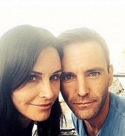 コートニー・コックスが13歳下の恋人、「スノウ・パトロール」のジョニー・マクダイドと婚約