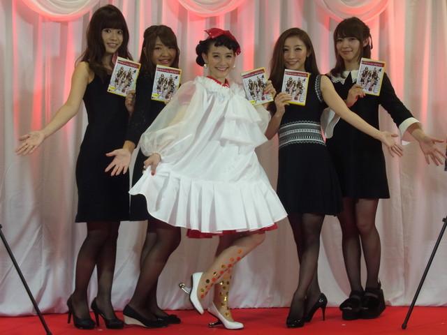「デビアスなメイドたち」イベントで篠原ともえがオリジナル割烹着を披露!