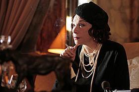 名女優シャーリー・マクレーンが晩年のココを演じる 「ココ・シャネル」