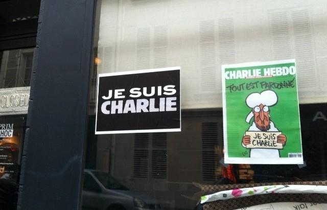 街の至るところに見られる「Je suis Charlie」のスローガンとシャルリー・エブドの表紙