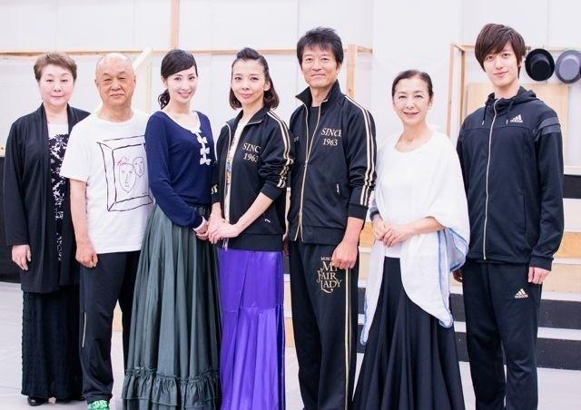 左から、寿ひずる、田山涼成、真飛、霧矢、寺脇康文、高橋恵子、水田航生