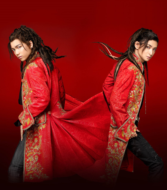 ヴォルフガング役を演じる山崎育三郎(左)と古川雄大(右)