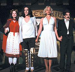 マイケル・ジャクソン、マリリン・モンローになりきった登場人物たち