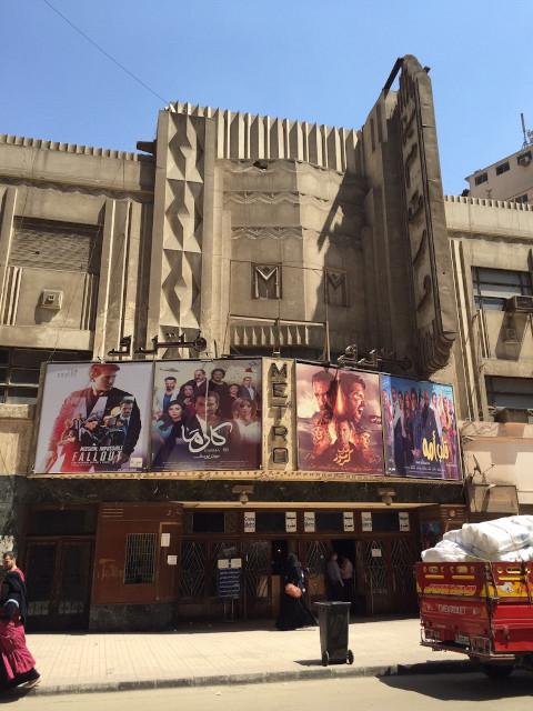 ハリウッド映画に負けず自国産の映画ポスターが並ぶエジプトの映画館