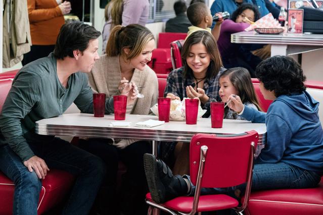 「インスタント・ファミリー 本当の家族見つけました」では3人の里子を迎える父親役を演じた