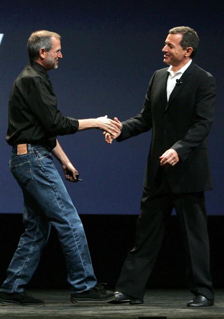 06年9月、Appleの発表会でのスティーブ・ジョブズとボブ・アイガー