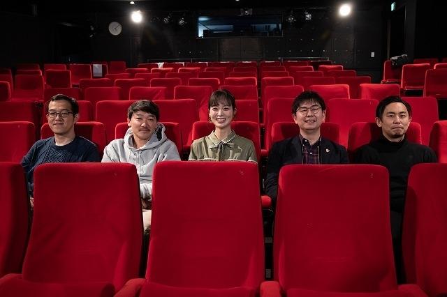 左から上田誠さん、土佐和成さん、朝倉あきさん、山口淳太監督、筆者(撮影:西邑匡弘)