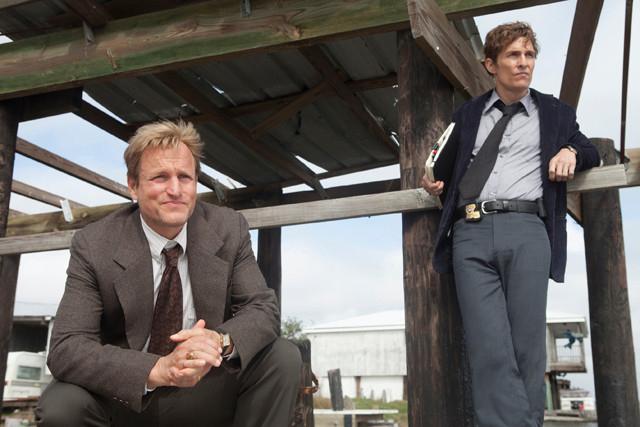 マシュー・マコノヒーとウッディ・ハレルソンが刑事を演じた