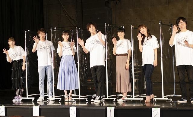 ビニールシートを挟んでのフォトセッション。左から、根本、海宝、生田、木村、田村、妃海、三浦 撮影:若林ゆり