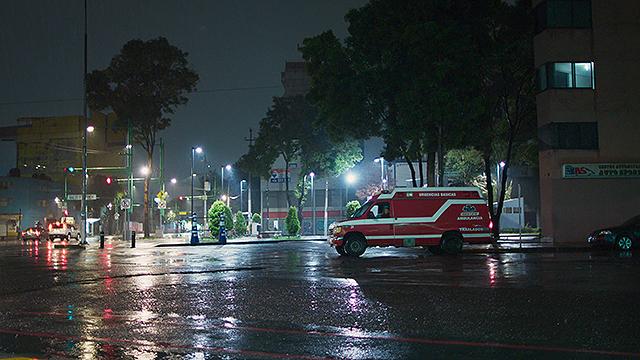 夜のメキシコシティを走る民間救急車