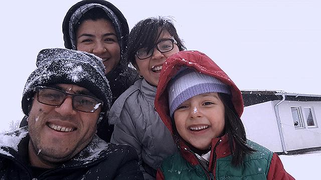 監督のハッサン・ファジリとその家族
