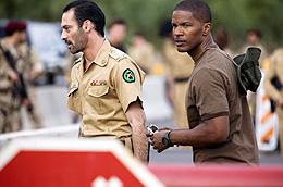 現地の捜査官アル・ガージー(左/アシュラフ・バルフム)の 熱い姿勢も描かれる