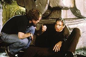 撮影中のリドリー・スコット監督(左)とハリソン・フォード