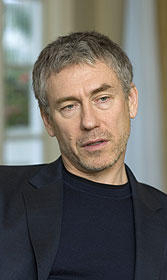 50歳で監督デビューを果たした トニー・ギルロイ