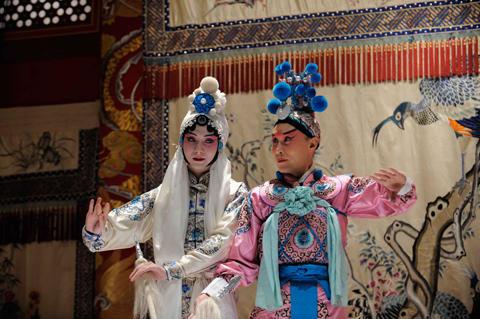 若き日の梅蘭芳を熱演したユイ・シャオチュン(左)
