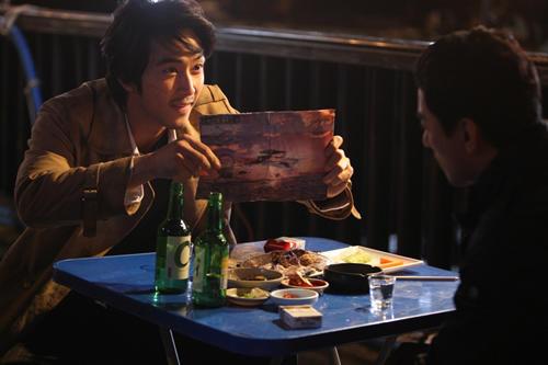 オリジナル版でチョウ・ユンファが演じた役に 今回扮したのはソン・スンホン
