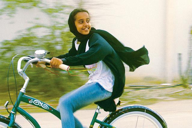 少女は自転車にのって