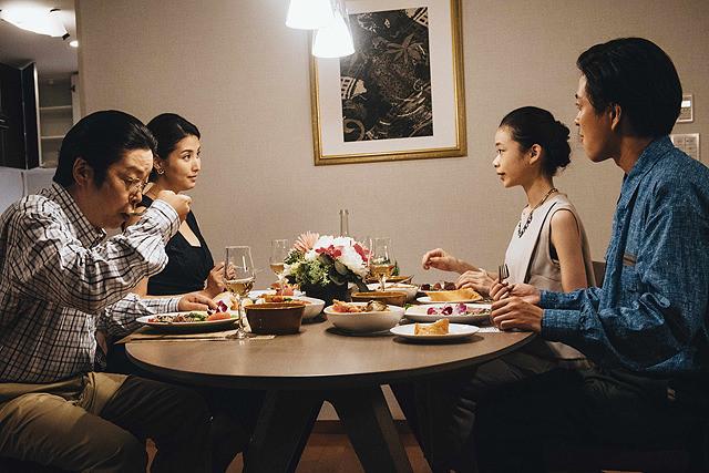 理沙と信介、祥子と洋次郎、4人で食事をする問題のシーン