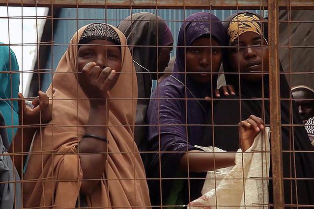 とらわれて 閉じ込められたダダーブの難民
