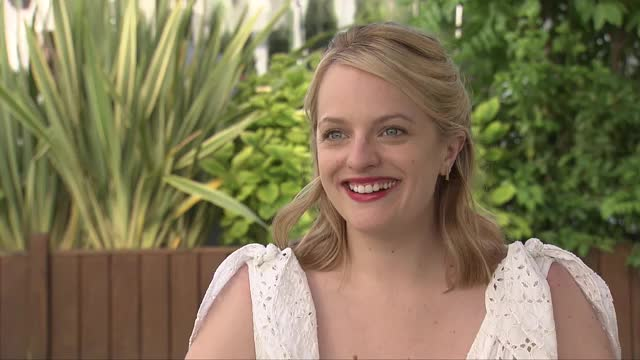 エリザベス・モスのインタビュー映像