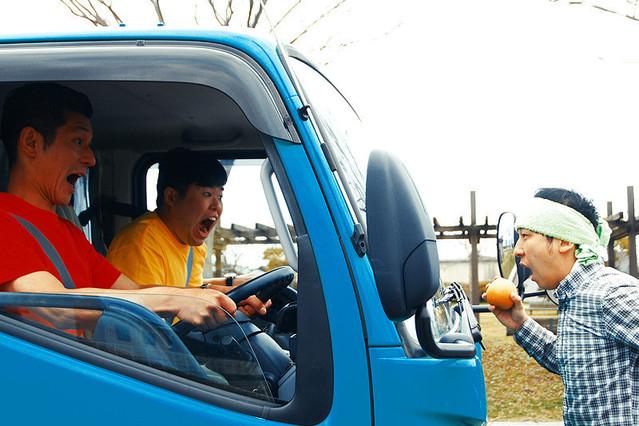 純朴な梨農家の青年に、トラックが襲いかかる