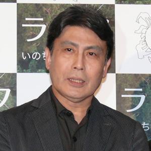 ストライプスーツの松本幸四郎