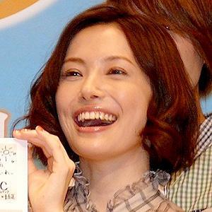 歯を見せている美村里江