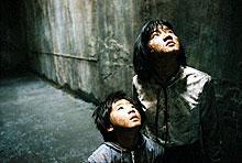 孫娘のヒョンソ(右)が母親的な強さをみせる
