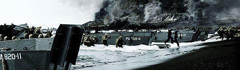 上陸用舟艇を使って硫黄島に攻め寄せるアメリカ兵たち