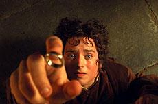 「ひとつの指輪」とそれを所持するホビットのフロド