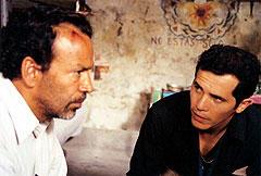 スクープを狙うレポーターを演じたジョン・レグイザモ(右)
