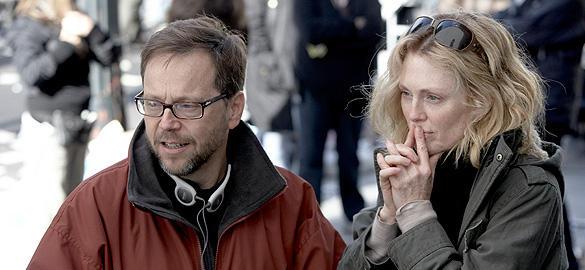 撮影中の監督(左)とジュリアン・ムーア