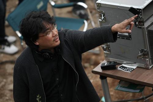 撮影中のポン監督。長編は本作で4作目