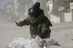 極限の恐怖にさらされる爆弾処理班の緊張の日々が描かれる
