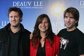 ニール・ブロムカンプ監督、脚本のテリー・タッチェル、そしてビカス役のシャルト・コプリー(左から)