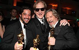 アカデミー賞のアフターパーティで喜びを分かち合うブリッジス(右)と主題歌のビンガム(左)、バーネット(中)