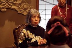 脇を固める実力派キャスト。樹木希林は物語のカギを握る女性霊媒師役