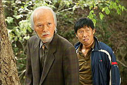 圧倒的な存在感で村を支配するチョン・ヨンドク村長(チョン・ジェヨン)