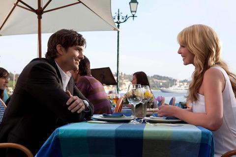 ロマンチックなリゾート地で運命の恋に落ちる2人