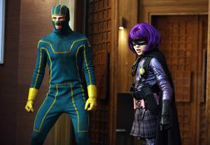 さえないヒーロー《キック・アス》(左)と最強ヒロイン《ヒット・ガール》(右)