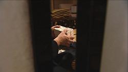 温泉宿の一室でワイロのやり取りが行われる