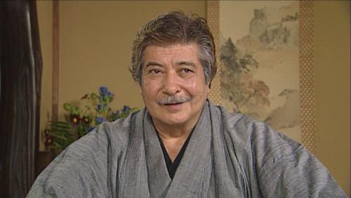 故・岡田眞澄は地域の実力者役で出演。
