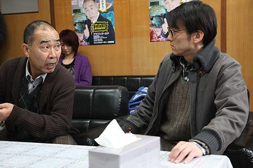 弱気な熱帯魚店主・社本(右)は、やがて 共犯者として連続殺人に巻き込まれていく
