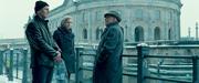 旧東ドイツ秘密警察OBの探偵ユルゲンに接触するマーティンとジーナ