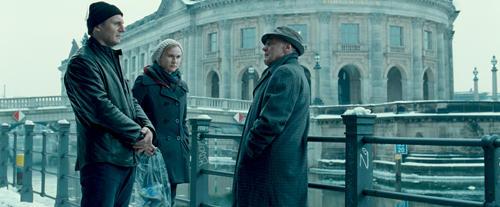旧東ドイツ秘密警察OBの探偵 ユルゲンに接触するマーティンとジーナ