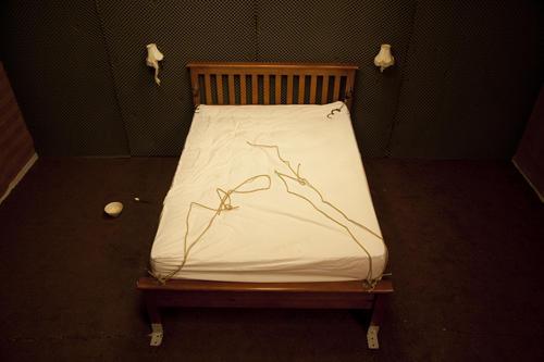 監禁部屋という密室で繰り広げられる鬼気迫る心理戦