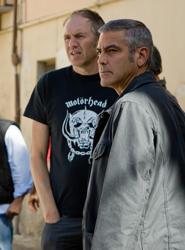 クルーニーに演出中のコービン監督(左)